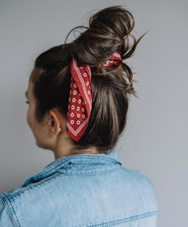 coiffure avec foulard chignon haut décontracté