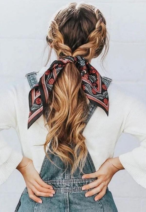 coiffure avec foulard tresses latérales en queue de cheval