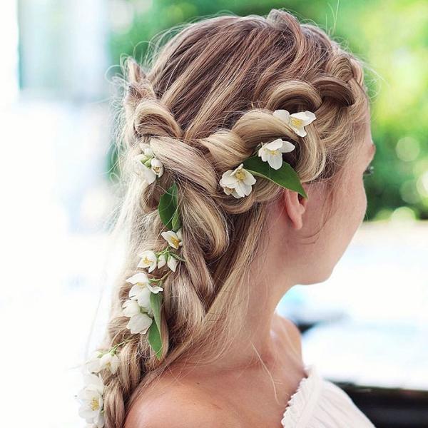 coiffure avec tresse avec du jasmin