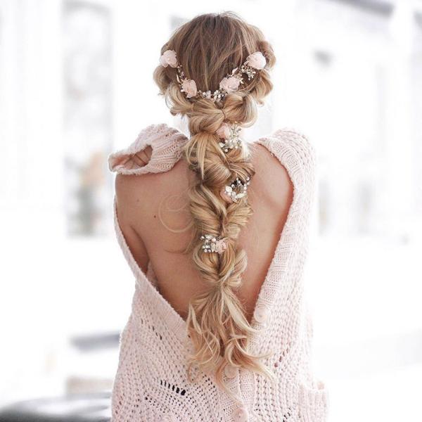 coiffure avec tresse avec un gilet tricoté