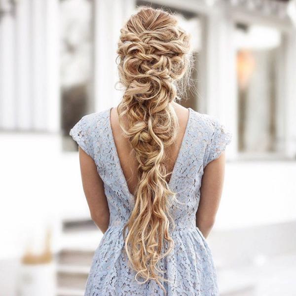 coiffure avec tresse d'une façon asymétrique