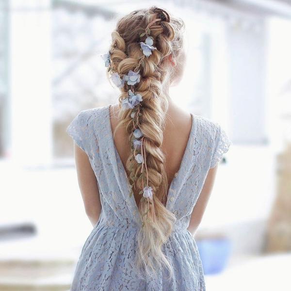 coiffure avec tresse des fleurs comme ornements