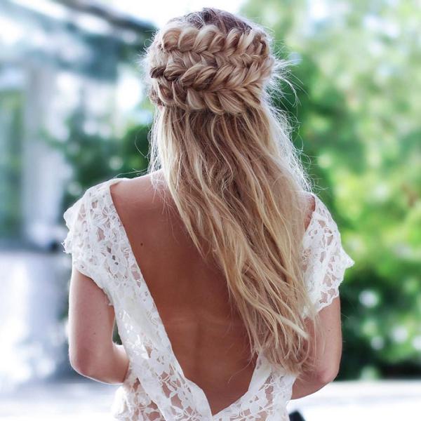 coiffure avec tresse en forme ronde