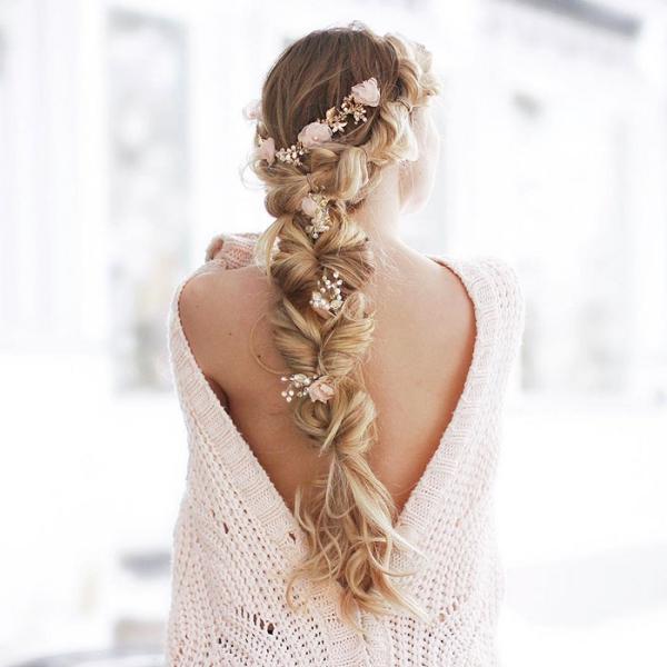 coiffure avec tresse fleurs artificielles
