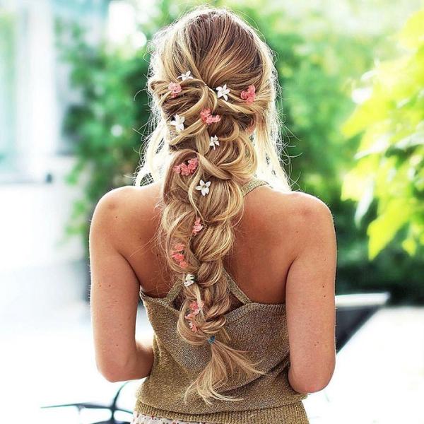 coiffure avec tresse ornementer de fleurs