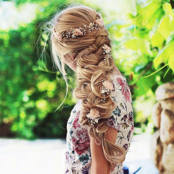 coiffure avec tresse une robe à motifs floraux