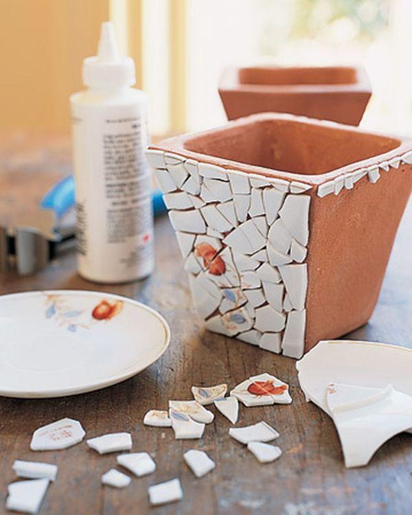 coller les morceaux de céramique sur le pot de fleurs recyclage vaisselle ancienne idée unque