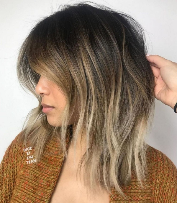 coupe de cheveux à longueur moyenne avec des faits saillants