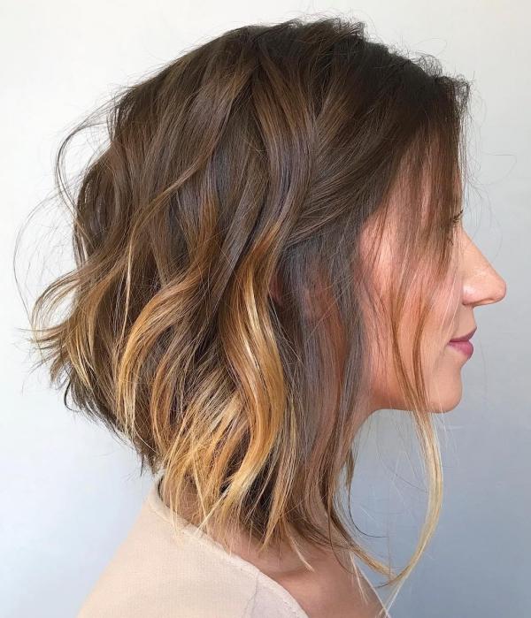 coupe de cheveux à longueur moyenne blonde ondulée