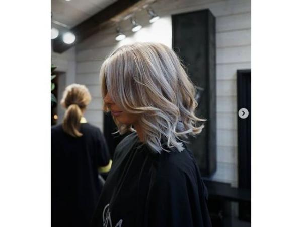 coupe de cheveux à longueur moyenne du type bouclés