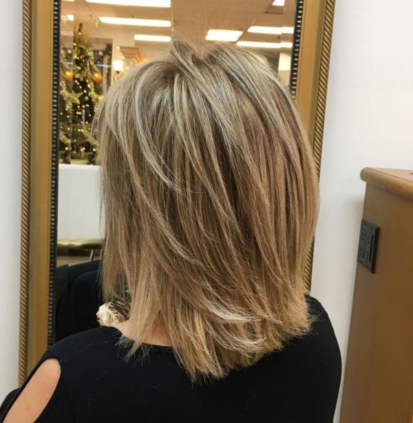 coupe de cheveux à longueur moyenne facilement portée droite