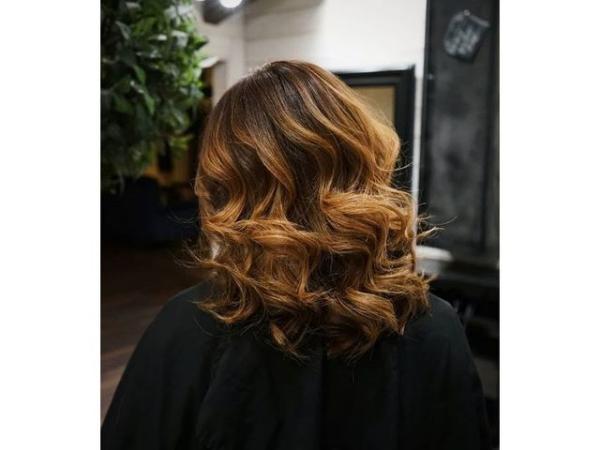 coupe de cheveux à longueur moyenne grandes vagues