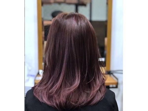 coupe de cheveux à longueur moyenne nombreuses options de style