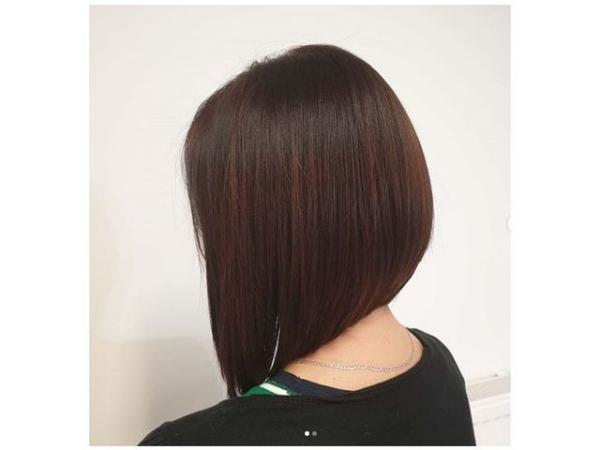 coupe de cheveux à longueur moyenne parties latérales plus longs
