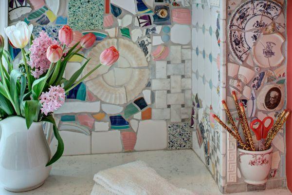 crédence cuisine décorer un mur avec vaisselle ancienne recyclée mosaïque