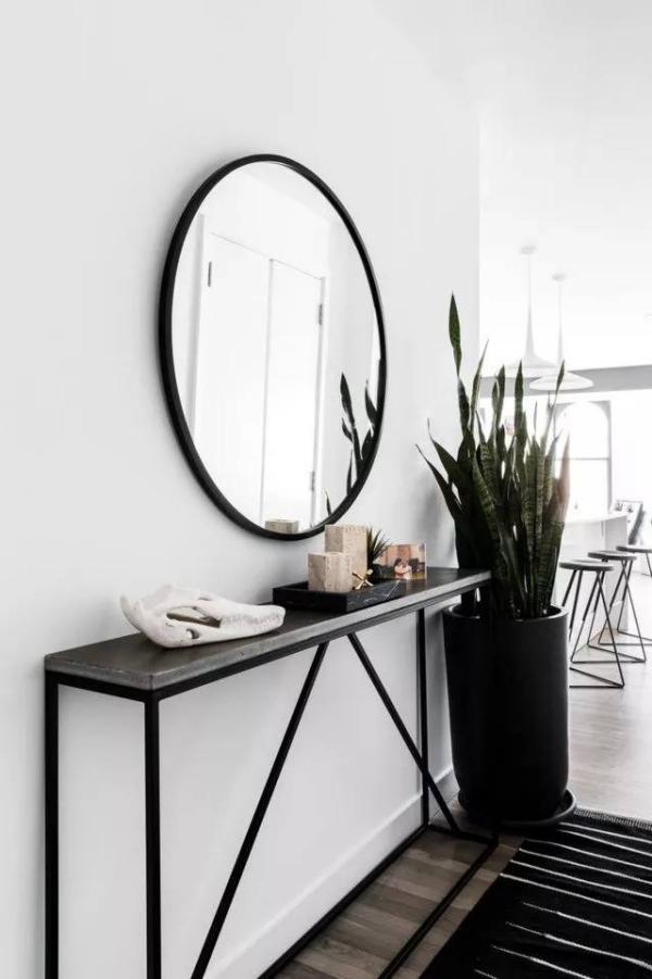 décoration d'entrée de maison en blanc et noir