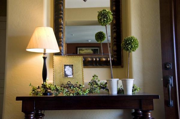 décoration d'entrée de maison lampe, table et miroir en bois