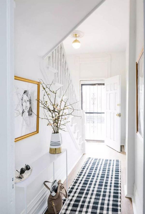 décoration d'entrée de maison peinte en blanc