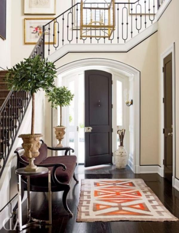 décoration d'entrée de maison un vase à gauche de la porte