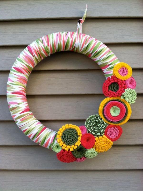 diy couronne de porte fleurs en textile pour l'été