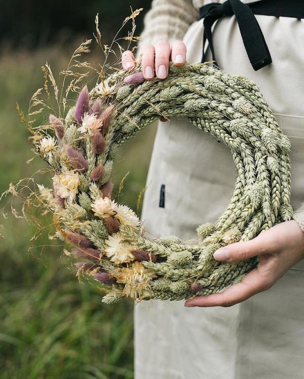 diy couronne de porte pour l'été fleurs sauvages et épis de blé