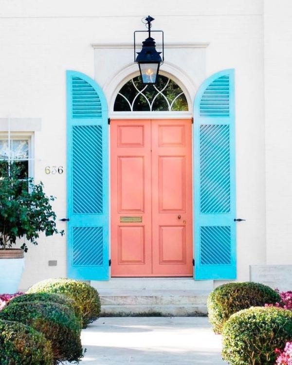double porte d'entrée en bois corail et bleu clair