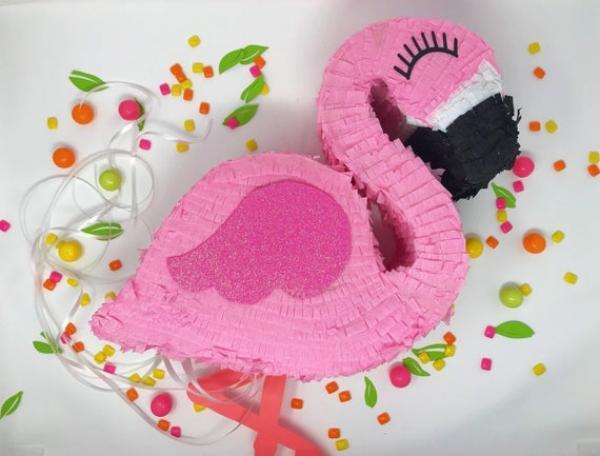 fabriquer une piñata flamant rose