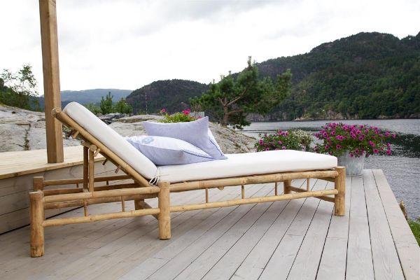 idée déco tendance transat jardin en bambou pour aménager la piscine