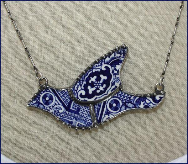 joli collier à partir de moceaux de vaisselle ancienne brisée
