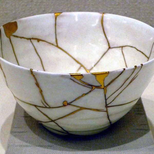 kintsugi art japonais pour réparer la vaisselle ancienne brisée