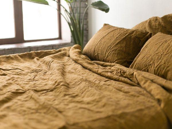 linge de lit en lin lavé couleur moutard