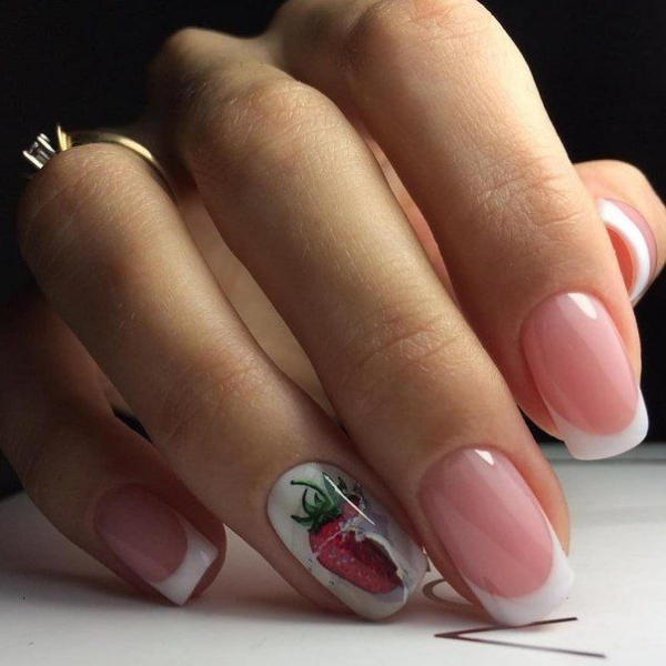 manucure stylée tendance stamping de fraise
