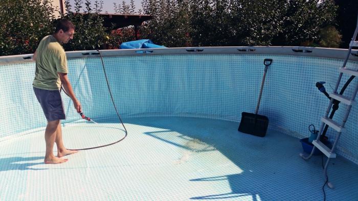 nettoyage fond de piscine après l'hivernage