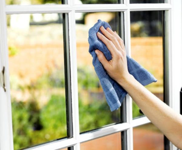 nettoyer les vitres des fenêtres avec du coca-cola