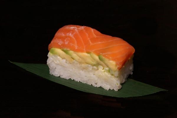 oshizushi au saumon et avocat