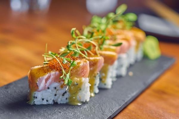 oshizushi au saumon fumé legumes et herbes