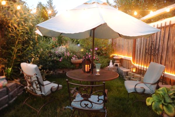 patio couvert avec un grand parasol