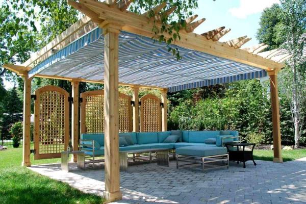 patio couvert treillis en bois derrière le canapé