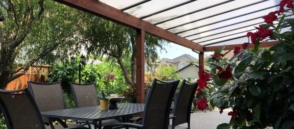 patio couvert un toit en verre réfractant le soleil