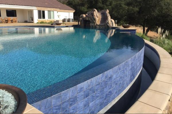piscine à débordement avec carrelage