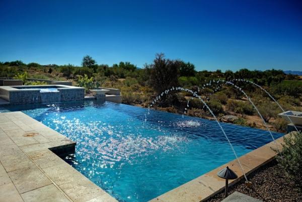 piscine à débordement design avec petites fontaines