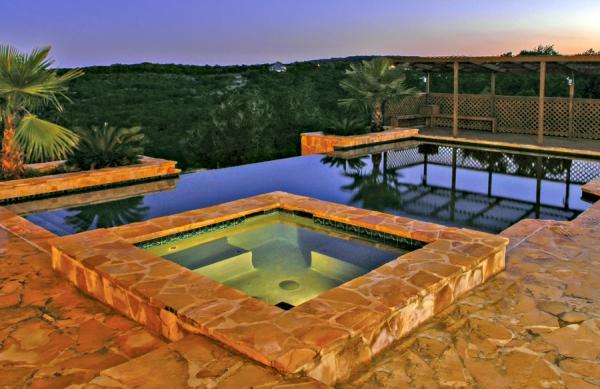 piscine à débordement en cascade avec jacuzzi