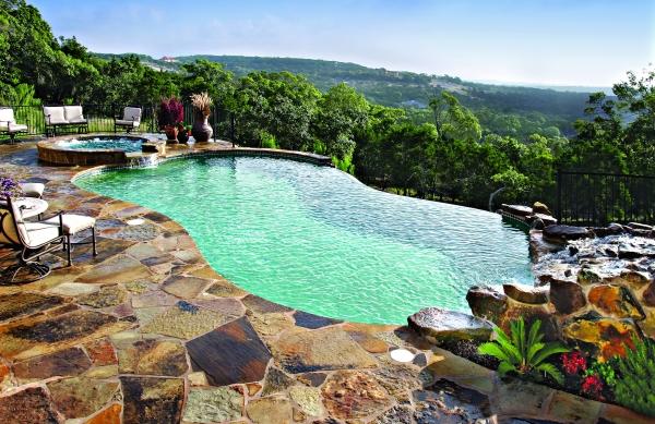 piscine à débordement en cascade jardin sur colline
