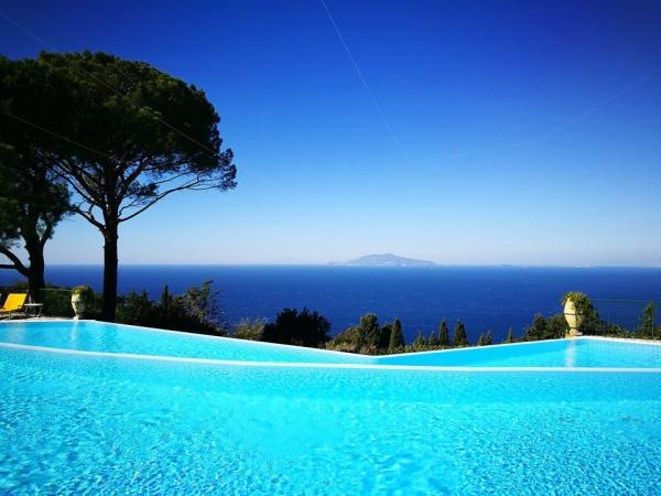 piscine à débordement forme angulaire