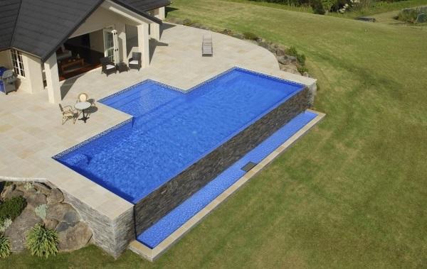 piscine à débordement sur terrasse