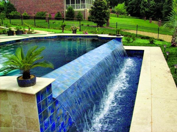piscine à débordement terrain en pente
