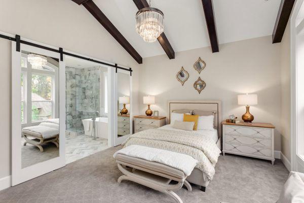 porte de grange coulissante avec miroirs dans la chambre à coucher
