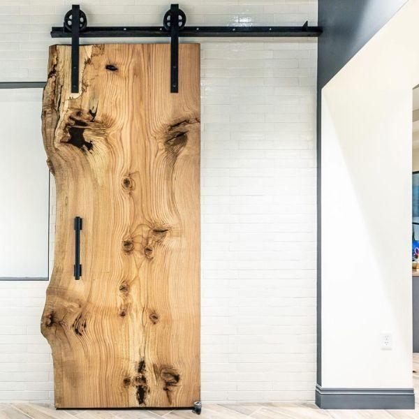porte de grange coulissante en bois massif clair