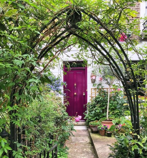 porte d'entrée pleine en bois couleur violet bordeaux