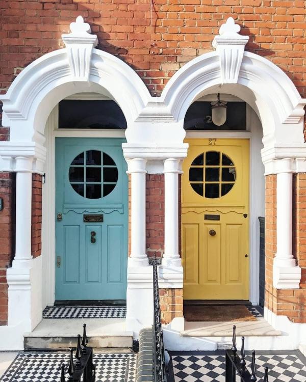 portes d'entrée semi-vitrées en bois bleu clair et jaune